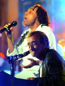 Gilberto Gil e Lucio Dalla fazem um dueto na entrega do Prêmio Caruso em Sorrento – Nápoles.