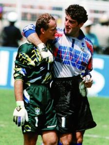 18. 1994 – I portieri delle due Nazionali, Taffarel e Pagliuca, abbracciati a fine partita